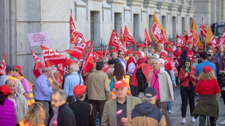 Varios cientos de pensionistas convocados porlos sindicatos CCOO y UGT han rodeado el Banco de España como protesta por las declaraciones de su presidente.