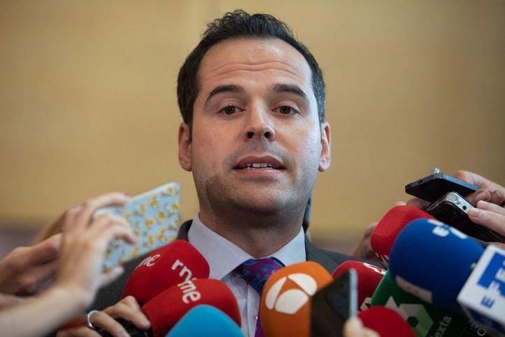 Ignacio Aguado, portavoz de Ciudadanos en la Asamblea de Madrid, atiende a los medios.