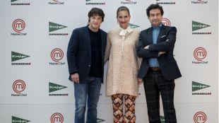 Jordi Cruz, Samantha Vallejo y Pepe Rodríguez en la la prueba de exteriores del programa de MasterChef en El Corte Inglés de Castellana
