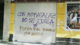 Pintadas amenazantes en las casas de apuestas y juego en el distrito de Moratalaz.