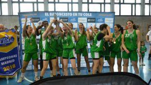 Las jugadores de Los Suces Torrelodones celebra su triunfo en la Copa Colegial