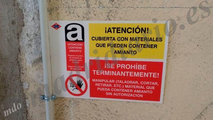Cartel puesto por Metro en un cuarto de la estación de Canillejas que ha sido clausurado hace dos días por la posible presencia de amianto.