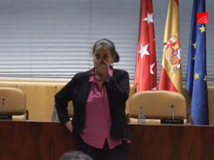 La diputada socialista Carla Antonelli observa cómo atienden a Mariño