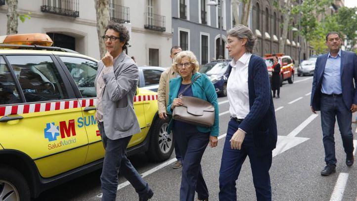 Carmena se persona en el edificio derrumbado con Higueras y Barbero