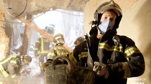 Los bomberos siguen desescombrando a mano para intentar llegar a las obreros desaparecidos tras el derrumbe