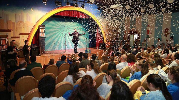 Jorge Blass hizo que 'nevase' en el teatro del Hospital Niño Jesús.