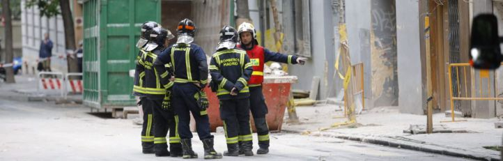 Bomberos trabajando en el edificio derrumbado en Chamberí.