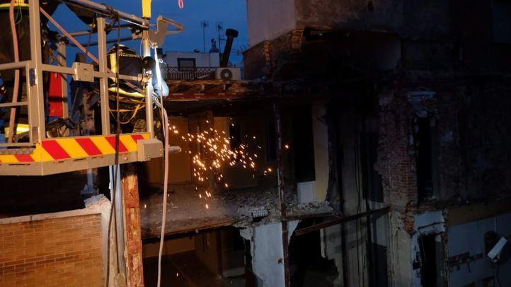 Los bomberos trabajan para encontrar a los obreros desaparecidos en el derrumbe del edificio
