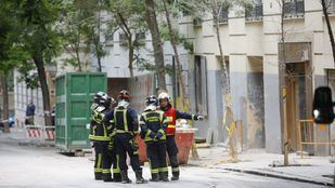 Los bomberos avanzan 'más rápido' tras eliminar elementos inestables.