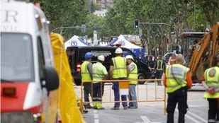 Los servicios funerarios se llevan el cuerpo de José María Sánchez, uno de los dos obreros que se quedaron sepultados tras el derrumbe de un edificio de Chamberí.