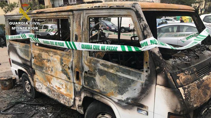 Uno de los vehículos incendiados en Villalba.
