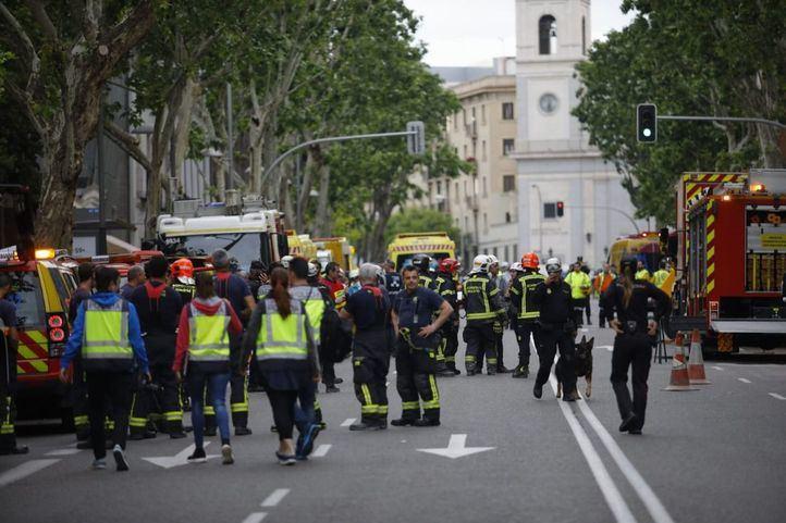 Los bomberos y los servicios de emergencia trabajan en el derrumbe de un edificio en Chamberí.