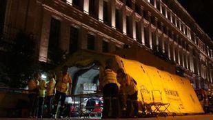 Los servicios de emergencias atienden a los heridos durante la celebración de la victoria del Real Madrid