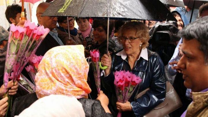 Carmena, increpada por una decena de personas en Lavapiés