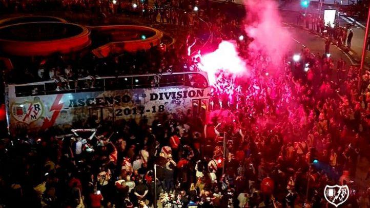 Los aficionados del Rayo celebran con los jugadores su ascenso a Primera.