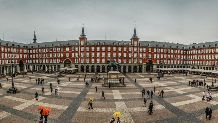'Bombardeo' literario en la Plaza Mayor: lloverán poemas