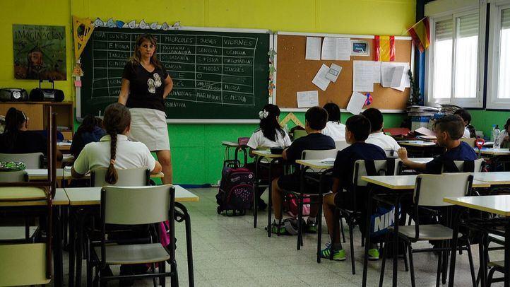 Alumnos y su profesora en clase.