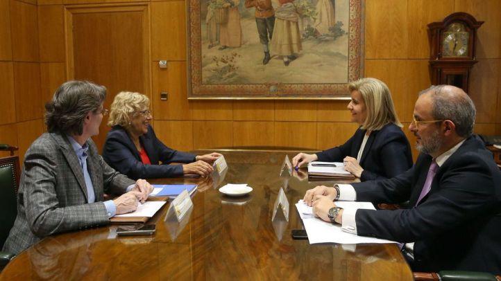 Marta Higueras, primera teniente de Alcalde, Manuela Carmena, alcaldesa de Madrid, y Fátima Báñez, ministra de Empleo.
