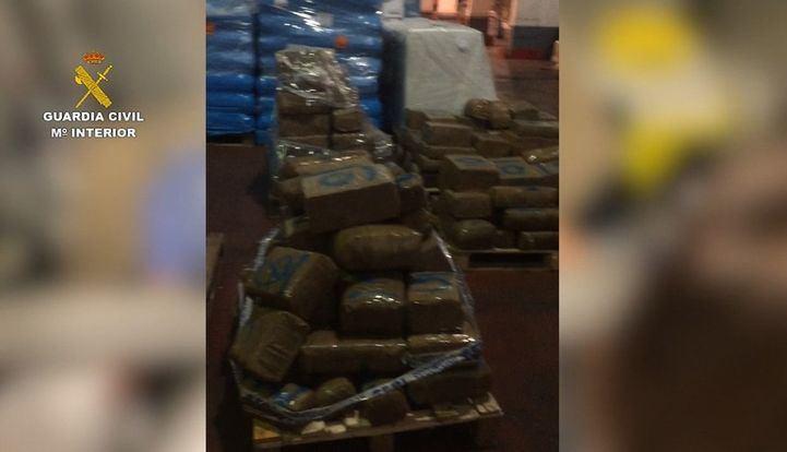 La Guardia Civil interviene casi dos toneladas de marihuana y hachís en un almacén de Coslada