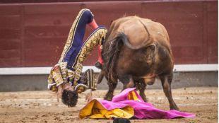 Un heroico Castella abre la Puerta Grande tras una espeluznante cogida