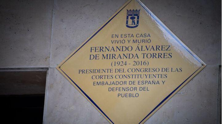 Inaugurada la placa en honor a Fernando Álvarez de Miranda en el edificio donde vivió y murió.