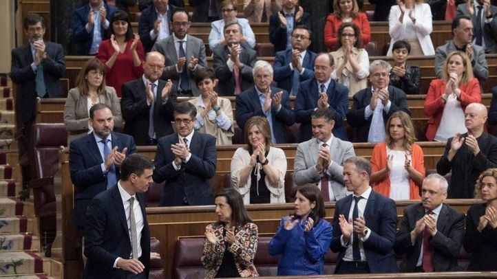 Pedro Sánchez, ovacionado por su grupo parlamentario tras defender su moción de censura.