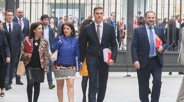 Sánchez sale del Congreso con un pie en la Moncloa