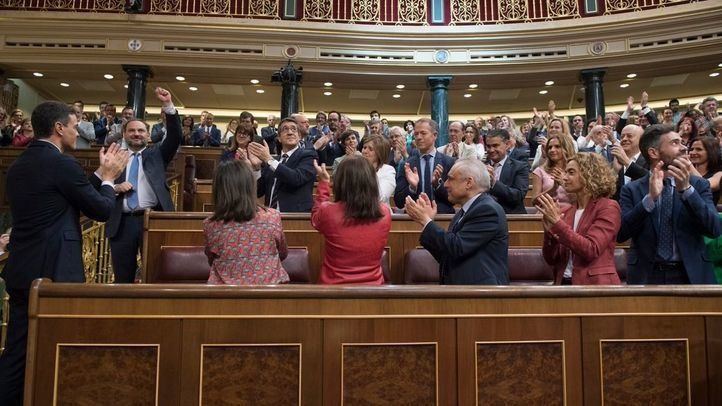 La bancada socialista aplaude a Pedro Sánchez una vez finalizada la votación de la moción de censura