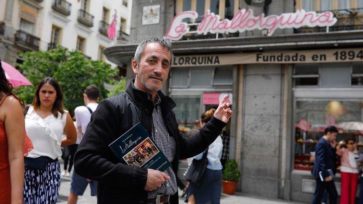 Pablo Somoza, autor del libro La Mallorquina, en las puertas de la legendaria pastelería.