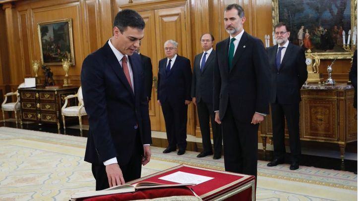 Sánchez sigue rompiendo moldes: promete como presidente sin Biblia ni crucifijo