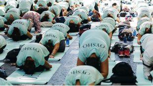Miles de madrileños hacen yoga en el Paseo del Prado