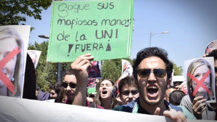 Estudiantes de la Complutense marchan al Rectorado para protestar contra la reincorporación de Cifuentes a la universidad.