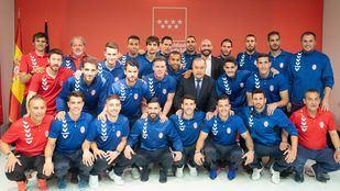 El consejero de Cultura,Turismo y Deportes de la Comunidad de Madrid, Jaime de los Santos, ha recibido a la plantilla,cuerpo técnico y presidente del C.D Rayo Majadahonda tras conseguir el ascenso a la Segunda División del fútbol español.