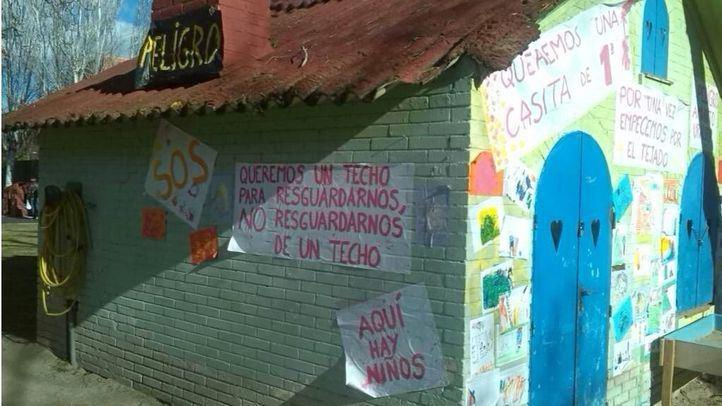 Pancartas pidiendo la retirada del amianto en la escuela infantil Jeromín.