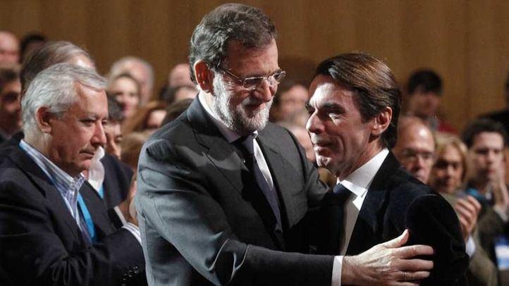 Saludo entre Mariano Rajoy y Jose María Aznar.