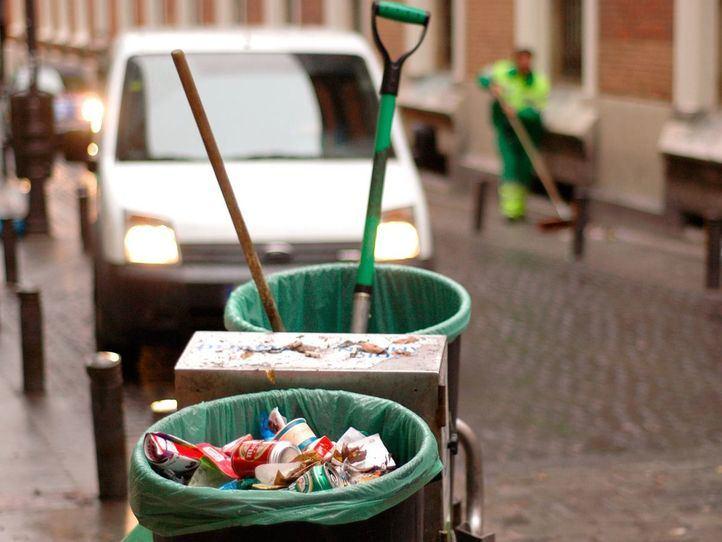 Huelga de limpieza barrendero limpiando calles en la calle del Barco