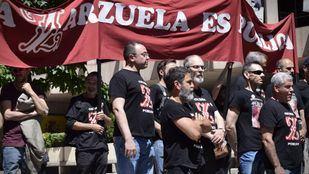 Los trabajadores de la Zarzuela protestan ante el Ministerio de Culutra el día en el que toma posesión el nuevo ministro, Màxim Huerta.