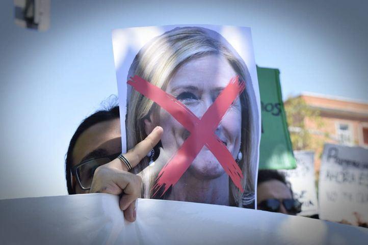 Estudiantes de la Complutense se manifiestan contra el reingreso en su puesto de funcionaria de Cristina Cifuentes.