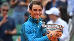 El tenista posa con su trofeo, este domingo en París.