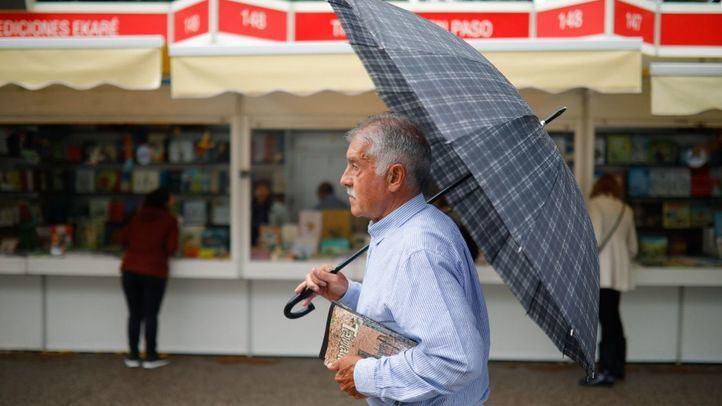 La lluvia agua las ventas en la Feria del Libro
