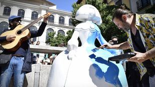 El artista Domingo Zapata restaura la Menina situada frente al Reina Sofía