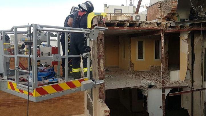 Bomberos en el edificio derrumbado en la calle General Martínez Campos el pasado mes de mayo.