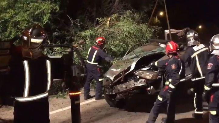 El vehículo accidentado es descolgado por los bomberos.