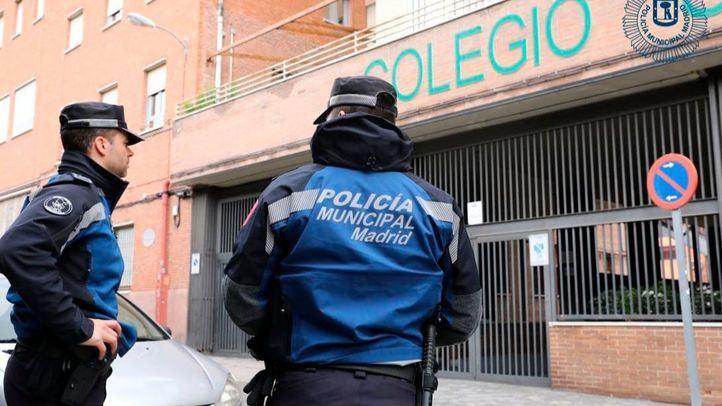 Agentes de la Policía Municipal de Madrid frente a un colegio en el distrito Moncloa-Aravaca a cuyos alumnos vendía tabaco ilegal una tienda de alimentación cercana