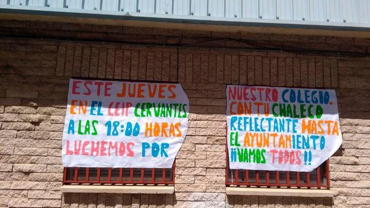 Pancartas en el CEIP Miguel de Cervantes de Leganés en las que se pide la reforma del centro
