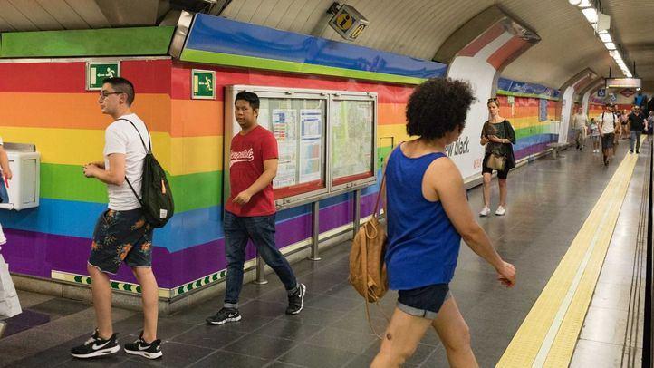 La estación de Chueca con el vinilo arcoíris.