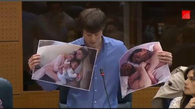 El diputado de Podemos muestra dos imágenes de familias homoparentales incluidas en la presentación.