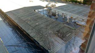 Operarios de Metro de Madrid desmontando el techo de su sede en la calle Cavanilles