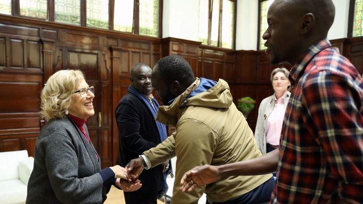 Manuela Carmena con representantes de las asociaciones de inmigrantes senegaleses en Madrid.