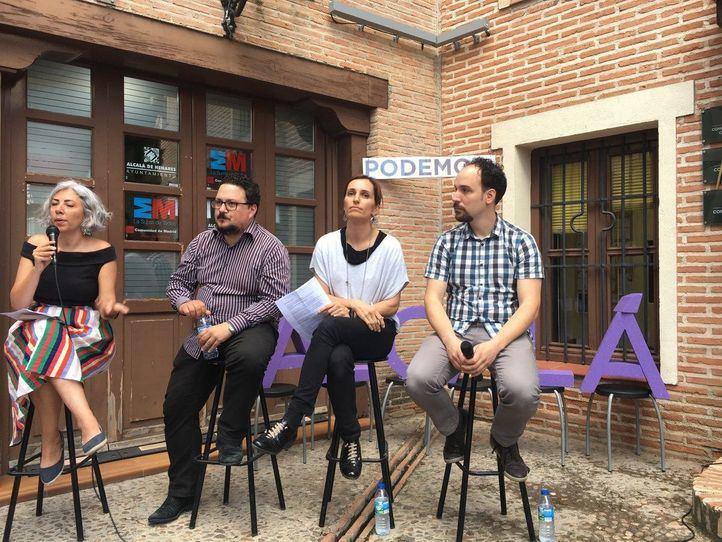 Los diputados Jazmín Beirak, Tito Morano y Mónica García arropan a Luis de Santiago.